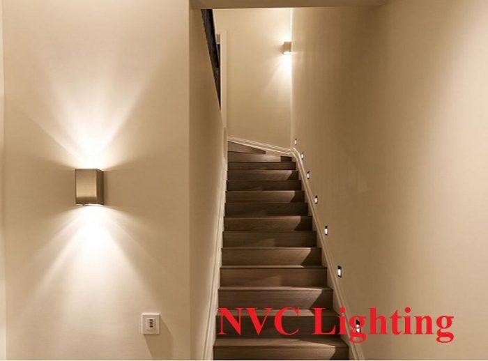 Đèn tường cầu thang có thể kết hợp với đèn LED âm tườnghoặc những dạng đèn cầu thang khác.