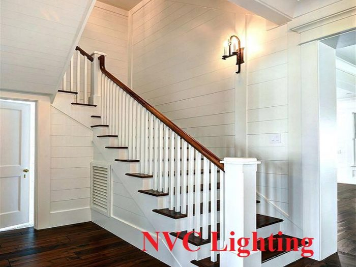 Hãy dựa vào diện tích cầu thang và không gian nhà bạn chọn kích thước đèn tường phù hợp.