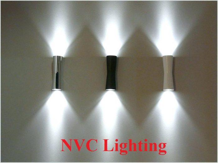 Đèn tường cầu thang có nhiều loại, với đa dạng hướng chiếu sáng.